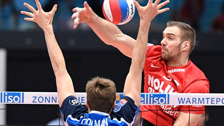 Roeselare's Pieter Coolman and Maaseik's Tim Broshog pictured in action during the match between Maaseik and Roeselare in the Play Offs of the Belgian volleyball competition, Wednesday 04 May 2016 in Maaseik. It's the 3rd match in a best-of-5 and Roeselare won the first two games. BELGA PHOTO YORICK JANSENS