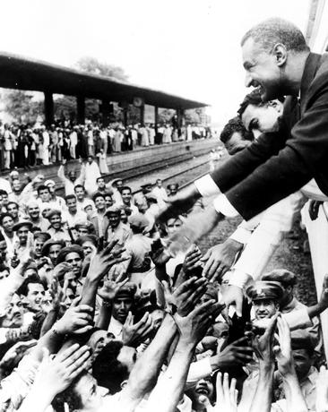 Gamal Abdel Nasser (1918-1970), prÈsident Ègyptien, saluant la population dans le train qui le ramËne au Caire aprËs la nationalisation du canal de Suez. Alexandrie (Egypte), 1956.